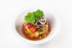 Баклажан салата, томат, лук, кориандр в шаре на белой предпосылке изолировал ресторан Стоковые Изображения