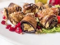 Баклажан свертывает с грецкими орехами Очень вкусные зажаренные aubergines с гайками, травами и семенами гранатового дерева Блюдо Стоковая Фотография