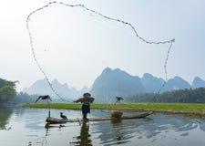 Баклан, человек рыб и визирование пейзажа реки Li с туманом в sprin Стоковые Изображения