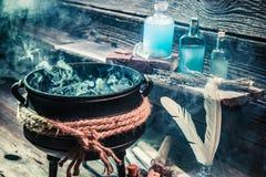 Бак ведьмы с зельями и переченями на хеллоуин Стоковая Фотография RF