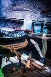 Бак ведьмы с зельями и старыми переченями на хеллоуин Стоковая Фотография RF