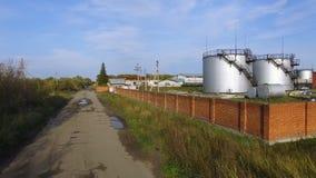 Бак для хранения топлива вида с воздуха белый в заводе нефтеперерабатывающего предприятия шток Танки взгляд сверху белые промышле Стоковые Фотографии RF