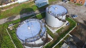 Бак для хранения топлива вида с воздуха белый в заводе нефтеперерабатывающего предприятия шток Танки взгляд сверху белые промышле Стоковое Фото