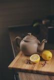 Бак и лимоны чая в деревенском сером интерьере кухни Медленное прожитие в концепции загородного дома Стоковые Изображения