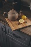 Бак и лимоны чая в деревенском сером интерьере кухни Медленное прожитие в концепции загородного дома Стоковые Изображения RF