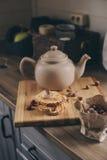 Бак и печенья чая в деревенском сером интерьере кухни Медленное прожитие в концепции загородного дома Стоковое Изображение RF