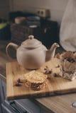 Бак и печенья чая в деревенском сером интерьере кухни Медленное прожитие в концепции загородного дома Стоковые Фотографии RF