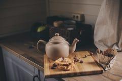 Бак и печенья чая в деревенском сером интерьере кухни Медленное прожитие в концепции загородного дома Стоковые Изображения