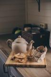 Бак и печенья чая в деревенском сером интерьере кухни Медленное прожитие в концепции загородного дома Стоковые Фото