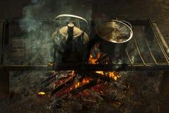 Бак и чайник на портативном шестке сделанном из металлических стержней в жилище ` s кочевника Стоковое Фото