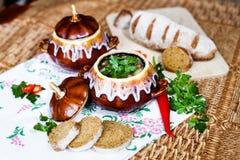 Бак картошки и петрушки супа на таблице Стоковое Изображение