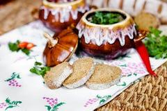 Бак картошки и петрушки супа на таблице Стоковое Изображение RF