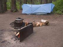 Бак кашевара над открытым лагерным костером стоковое фото rf