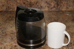 Бак кофе рядом с чашкой кофе, составом изолированным над предпосылкой гранита стоковая фотография rf