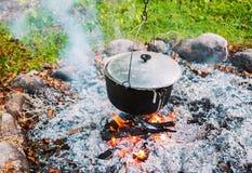 Бак металла над лагерным костером outdoors Стоковая Фотография RF