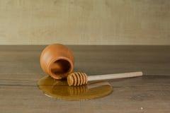 Бак меда с разлитым медом Стоковое Фото