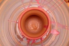 Бак покрашенный на колесе гончара, моделирование Cay рук бака, ваять рук Стоковые Фото