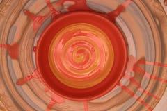 Бак покрашенный на колесе гончара, моделирование Cay рук бака, ваять рук Стоковое Изображение