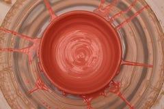 Бак покрашенный на колесе гончара, моделирование Cay рук бака, ваять рук Стоковая Фотография