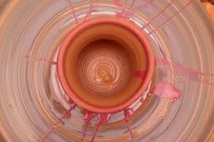Бак покрашенный на колесе гончара, моделирование Cay рук бака, ваять рук Стоковые Изображения RF