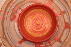 Бак покрашенный на колесе гончара, моделирование Cay рук бака, ваять рук Стоковое Фото