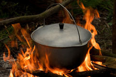 Бак с крышкой на огне Стоковая Фотография