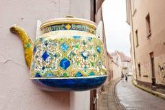 Бак чая на стене в старом городке Вильнюса Стоковые Фото