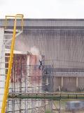 Бак для хранения чистки работника взрывать песка воздушного давления стоковые фото