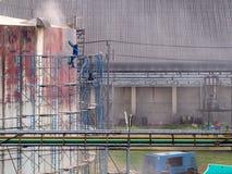 Бак для хранения чистки работника взрывать песка воздушного давления стоковые фотографии rf