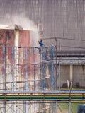 Бак для хранения чистки работника взрывать песка воздушного давления стоковые изображения