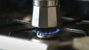 Бак Moka заваривая на газовой плите Путь Taditional заваривать итальянский кофе Воспламененная газовая плита видеоматериал