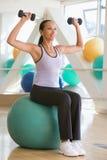 балансируя женщина швейцарца шарика Стоковые Фото