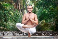 балансируя йога представления Стоковые Изображения RF