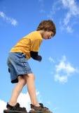 балансируя мальчик стоковые фото