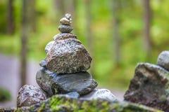 Балансируя пирамиды из камней в лесе стоковая фотография rf