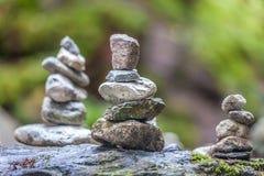 Балансируя пирамиды из камней в лесе стоковое изображение rf