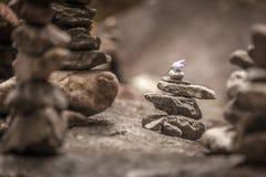 Балансируя пирамиды из камней в лесе стоковое фото rf