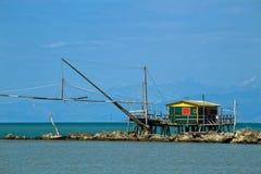 Балансируя хата рыбной ловли на рте реки Стоковое Изображение RF