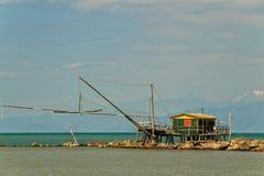 Балансируя хата рыбной ловли на рте реки Стоковое Изображение