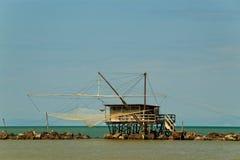 Балансируя хата рыбной ловли на рте реки Стоковое Фото