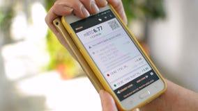 Баланс бумажника Bitcoin раскрыл на экране smartphone мобильного телефона коммерсанткой, ваша собственная концепция банка видеоматериал