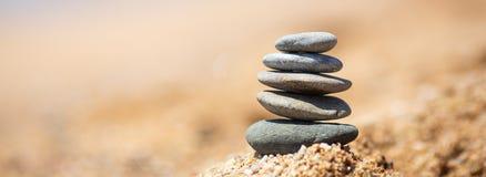 Баланс камней на пляже, солнечный день стоковые фотографии rf