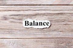 Баланс слова на бумаге Концепция Слова баланса на деревянной предпосылке стоковая фотография rf