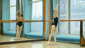 Балерина делая тренировку pique jete видеоматериал