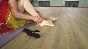 Балерина кладет дальше pointes сток-видео