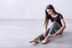 Балерина связывая ботинки Стоковое Изображение RF