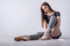 Балерина связывая ботинки Стоковое Фото