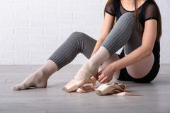 Балерина связывая ботинки Стоковые Изображения RF