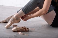 Балерина связывая ботинки Стоковая Фотография RF