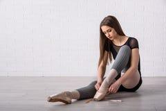 Балерина связывая ботинки Стоковое фото RF